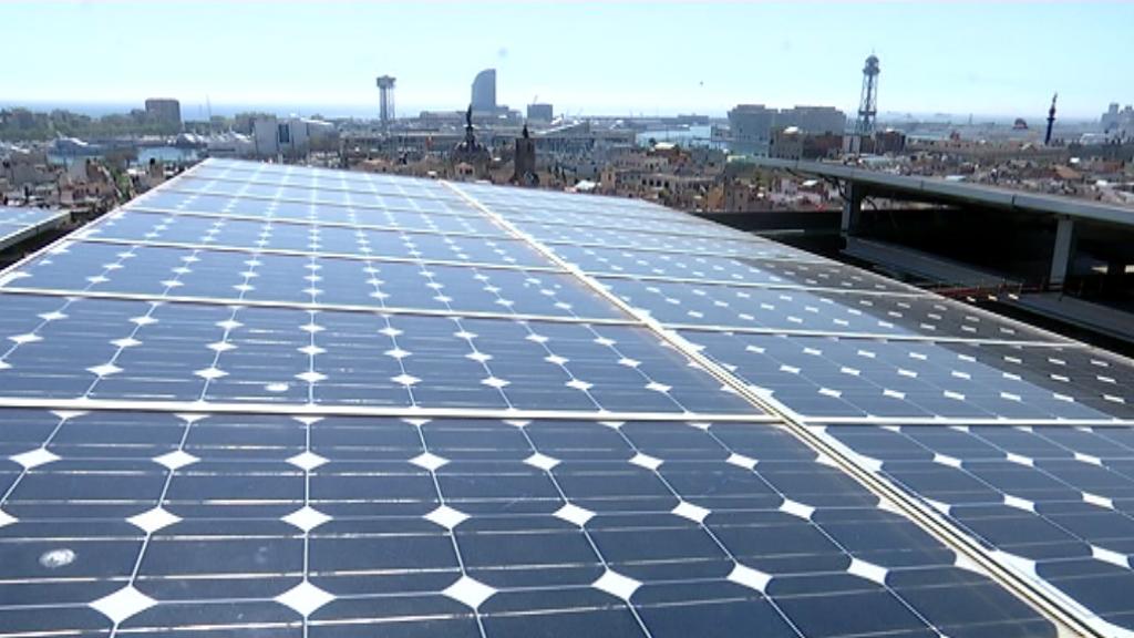 Plaques solars en una coberta
