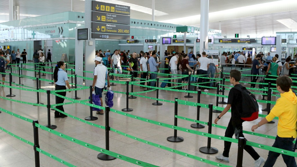 Cua al control de seguretat de l'aeroport del Prat