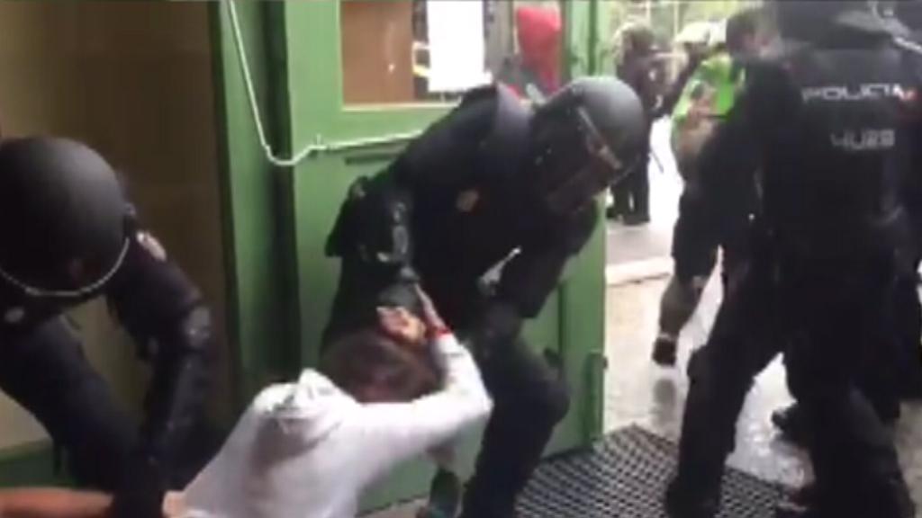 Càrregues policials l'1-O a l'Institut Pau Claris