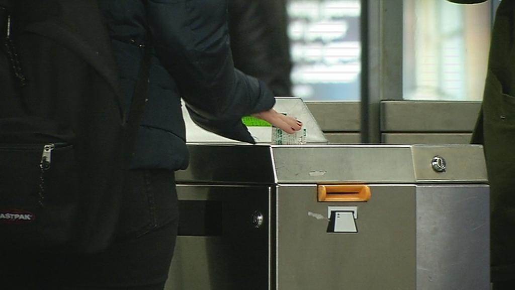 Un usuari accedeix al transport públic