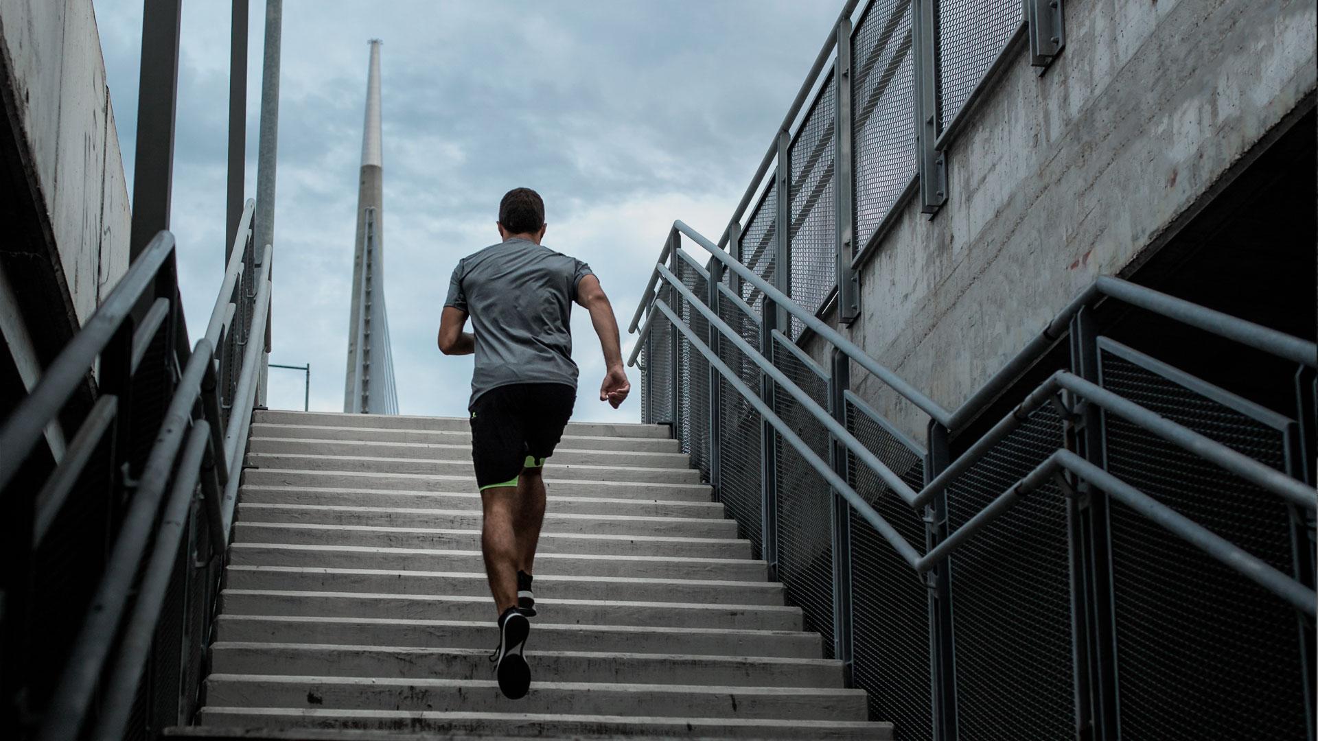 imatge de noi pujant unes escales
