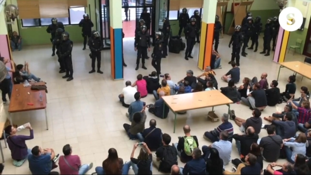 Policia a l'interior de l'Escola Tomàs Moro, l'1-O