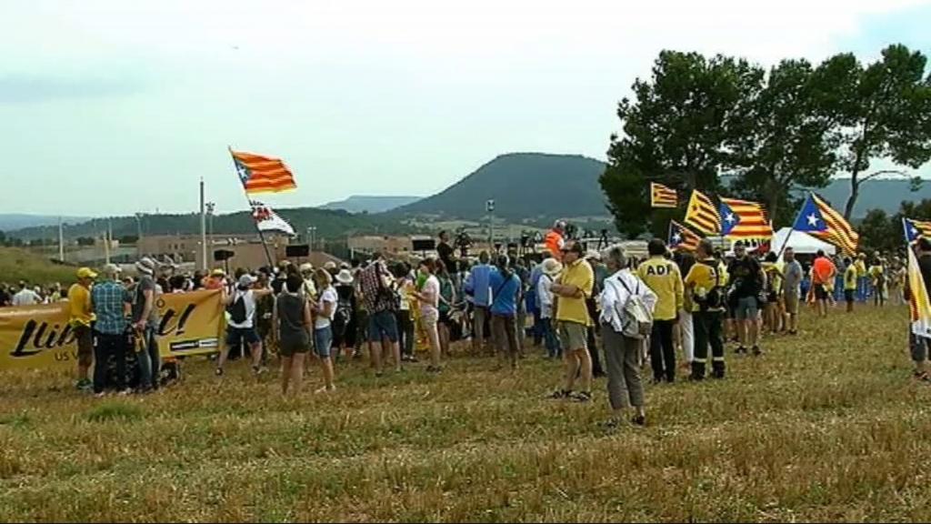 Un grup de persones concentrades a les portes de la presó de Lledoners, al Bages
