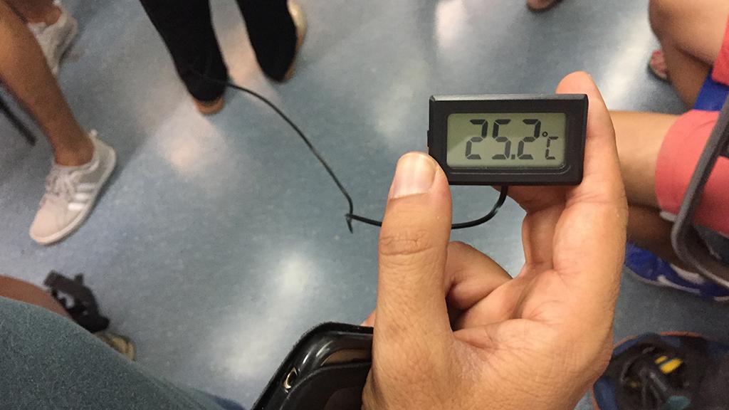 Imatge d'un termòmetre a l'interior d'un vagó de metro