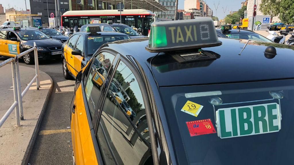 Grup de taxis a l'estació de Sants