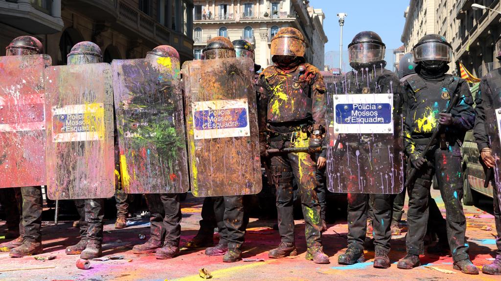 El cordó policial tenyit de colors per la HOLI