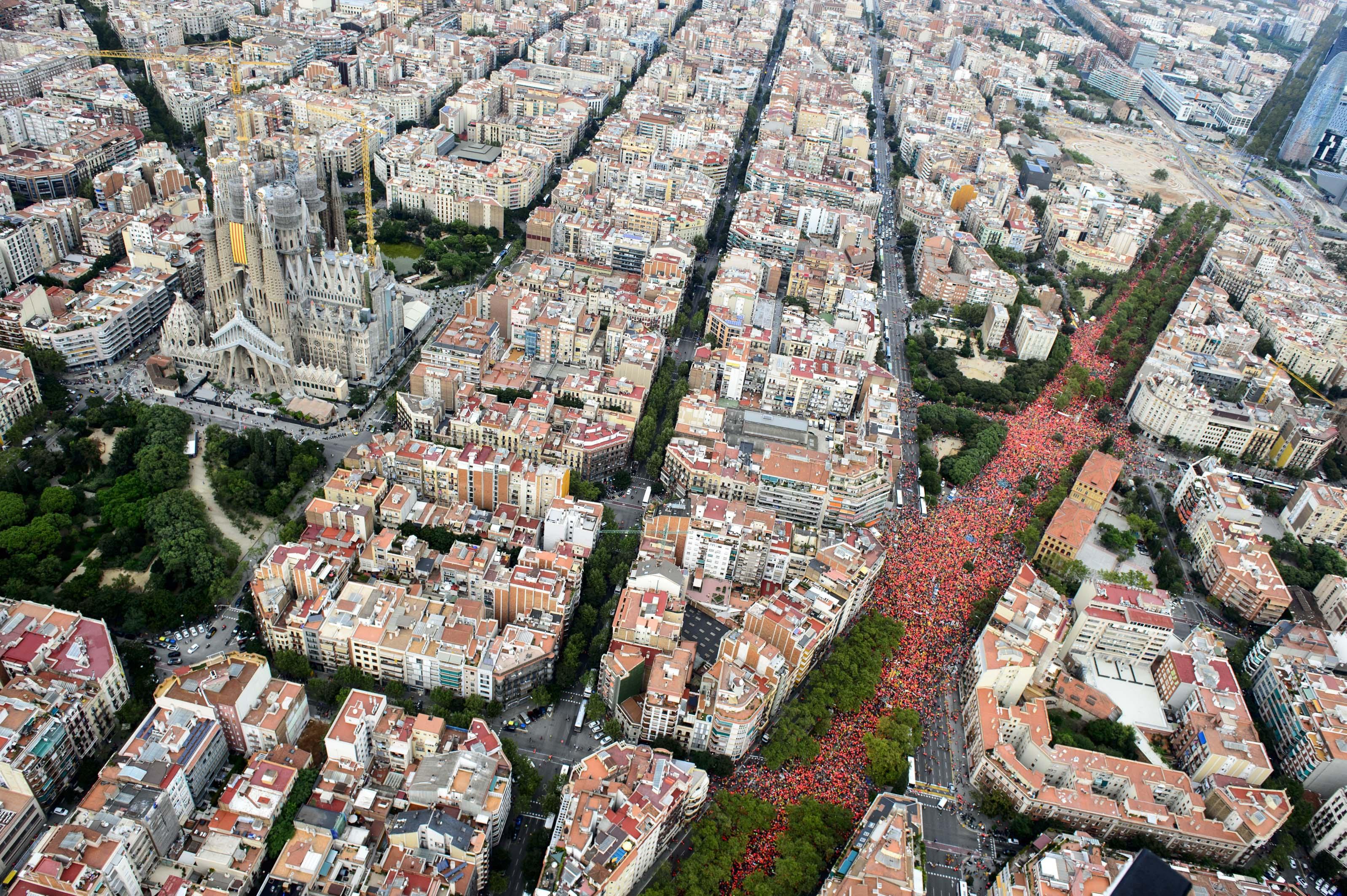 Milers de manifestants omplen la Diagonal per la Diada