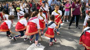 També els més petits han ballat amb els bastons a la mà