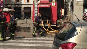 Els Bombers de Barcelona drenen l'aigua dels baixos, 12 hores després de la tempesta