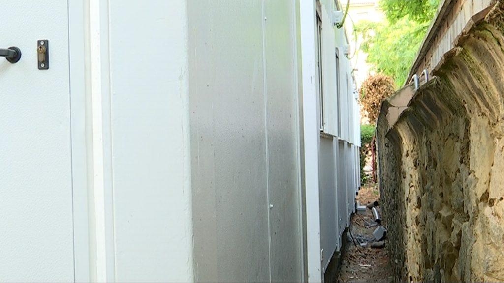 barracons a pocs metres paret escola Ignasi Iglesias