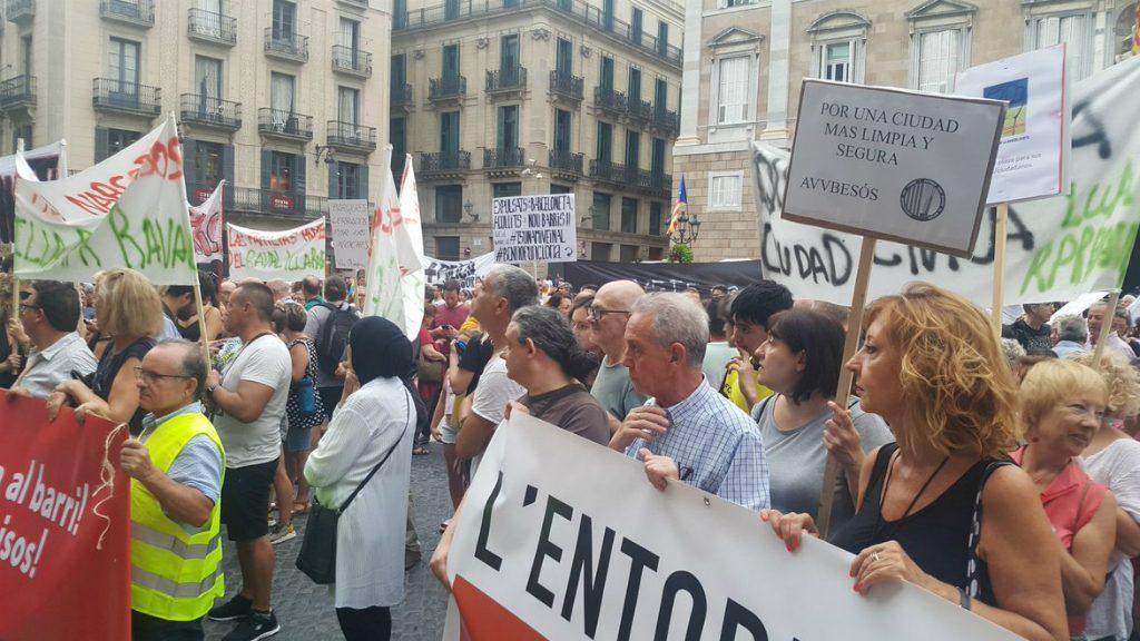 """Manifest del """"tsunami veïnal"""" a la plaça de Sant Jaume"""