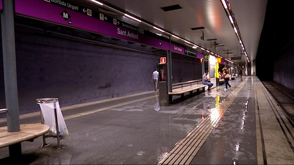 parada metro inundada