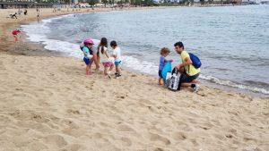 Alguns voluntaris han acudit en família a fer net
