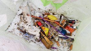 De burilles a plàstic, contaminants de tot tipus a la Barceloneta