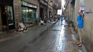 Enfangats i xops, així han quedat els carrers del Raval