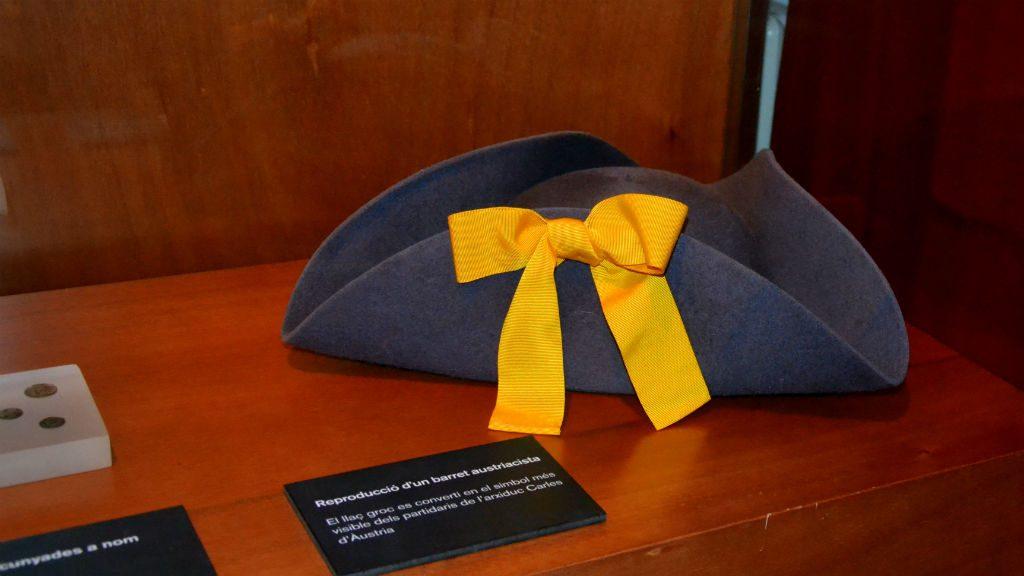 barret austriacista amb un llaç groc