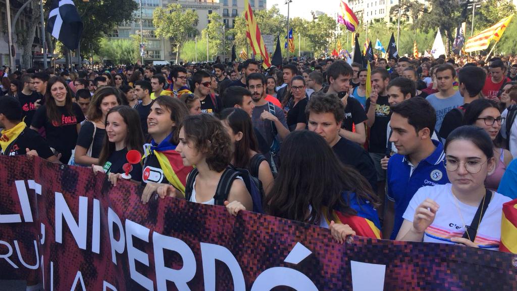 Els estudiants han omplert de gom a gom la plaça de la Universitat, on ha començat la gran marxa