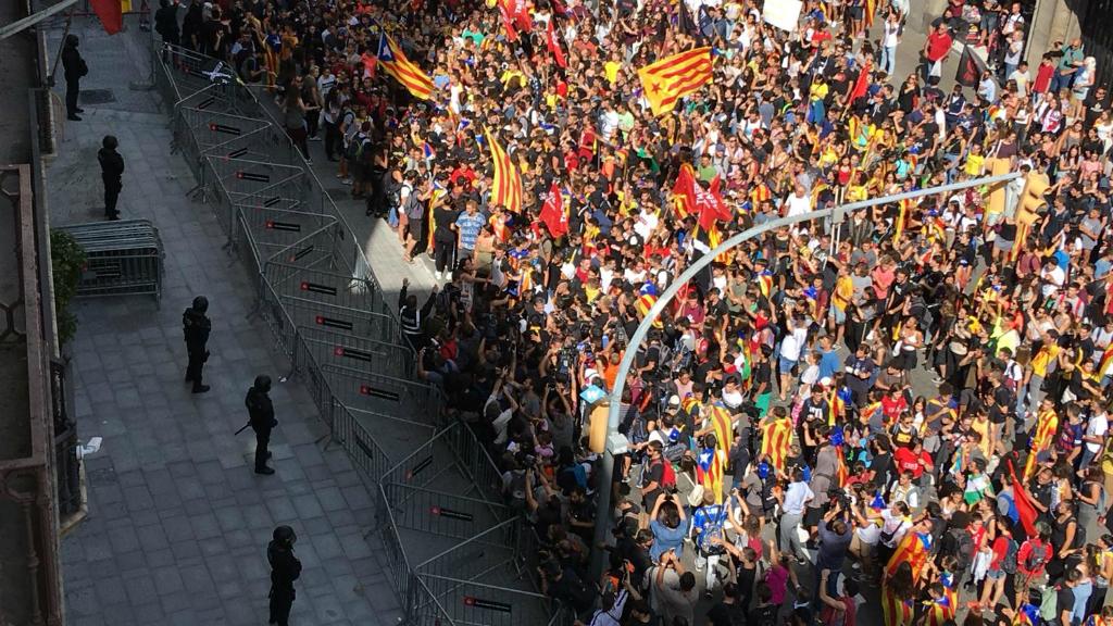 Els manifestants s'han aturat davant de la Prefectura Superior de la Policia Nacional, a la via Laietana