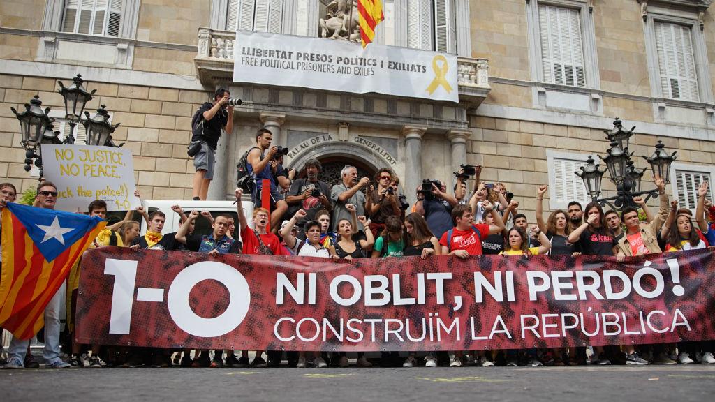 La manifestació estudiantil ha acabat al migdia a la plaça de Sant Jaume, just al davant del Palau de la Generalitat