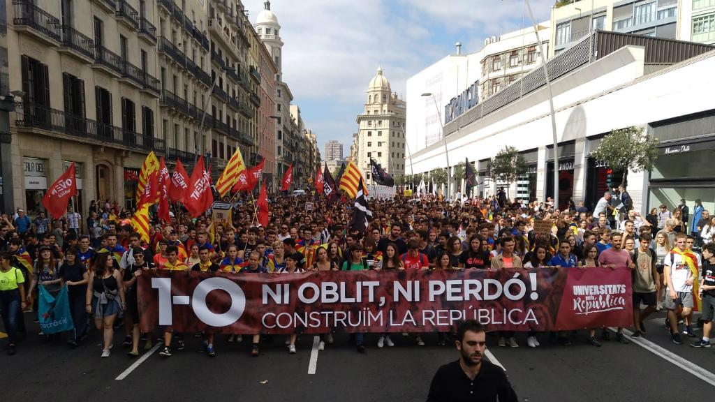 """Els estudiants han començat a caminar pel carrer de Pelai amb el lema """"1-O, ni oblit ni perdó"""""""