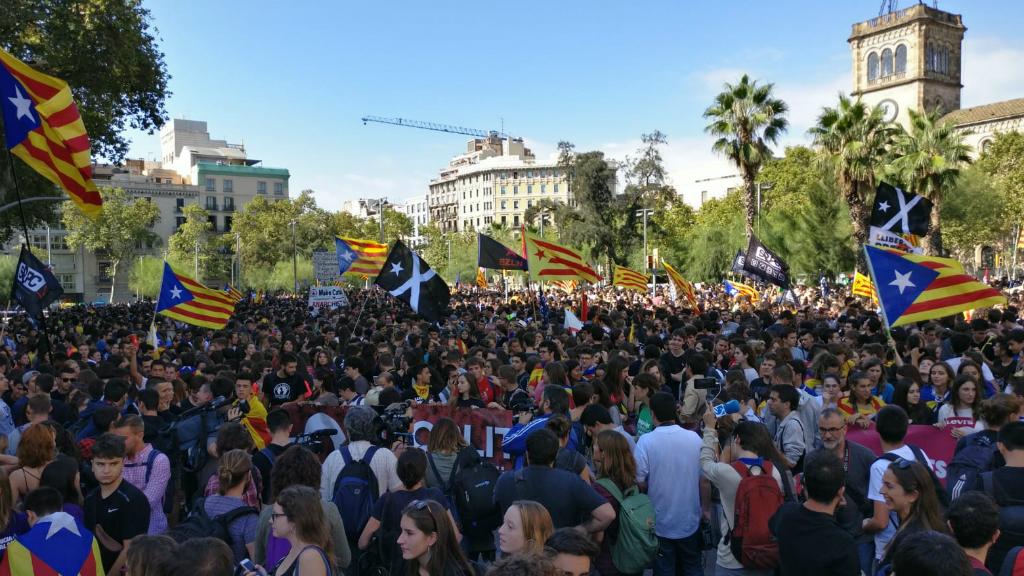 Totes les columnes d'estudiants que han marxat des de les diferents universitats han coincidit a la plaça de la Universitat