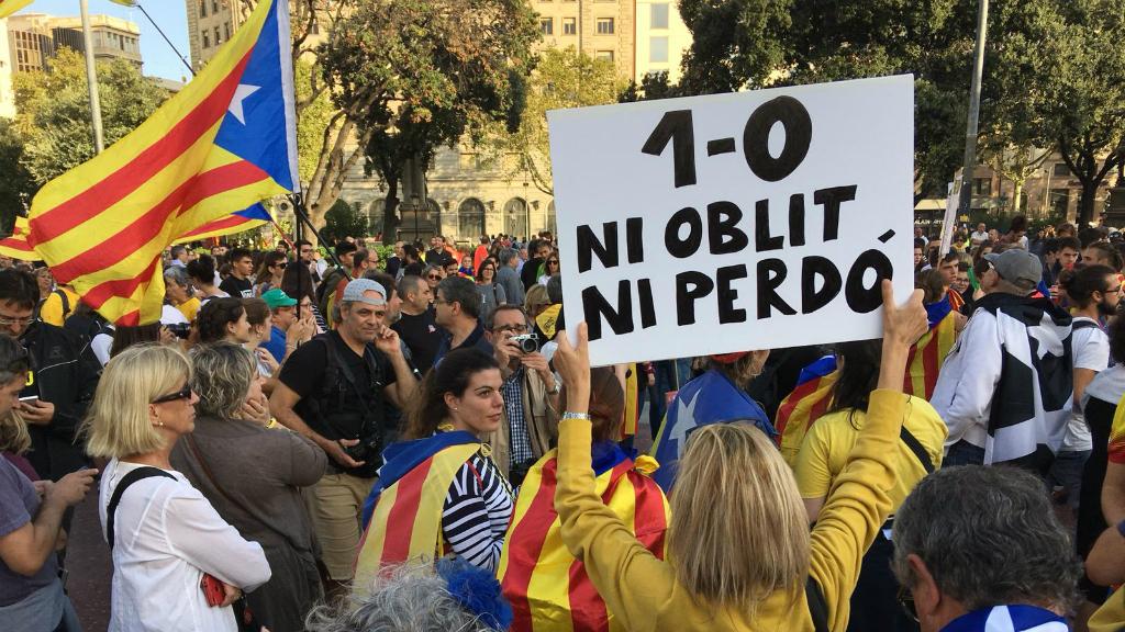 """El missatge """"Ni oblit, ni perdó"""", fent referència a l'actuació policial durant el referèndum, es torna a repetir a la tarda"""