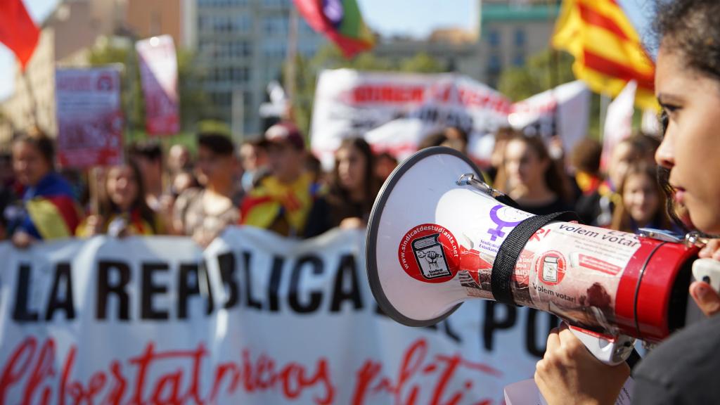 La plataforma Universitats per la República i el Sindicat d'Estudiants han cridat els joves a buidar les aules i sortir al carrer per commemorar l'1-O