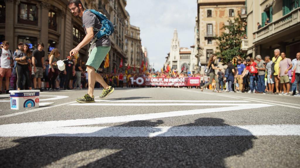 Els estudiants han cridat consignes contra els agents i fet pintades al terra de la via Laietana