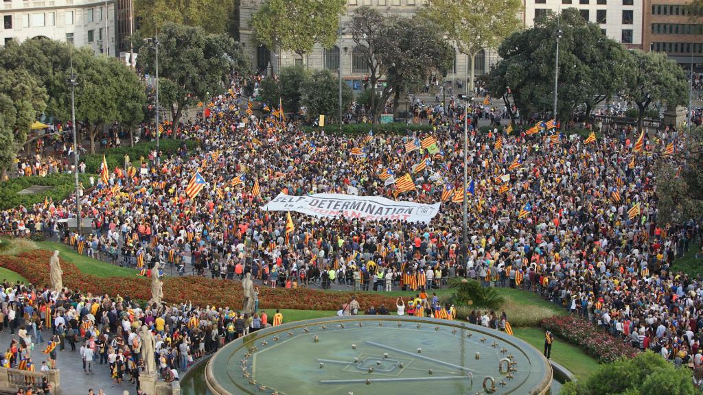 La plaça de Catalunya s'omple de persones amb motiu de la manifestació en record del referèndum de l'1 d'octubre