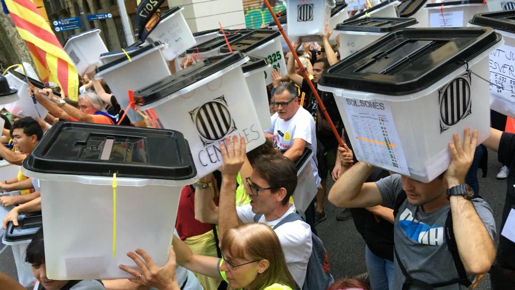 Barcelonins i persones vingudes d'altres municipis han caminat cap al Parlament de Catalunya amb les urnes a la mà