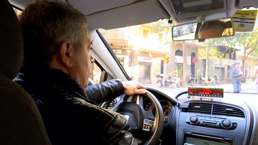 Taxista en un taxi