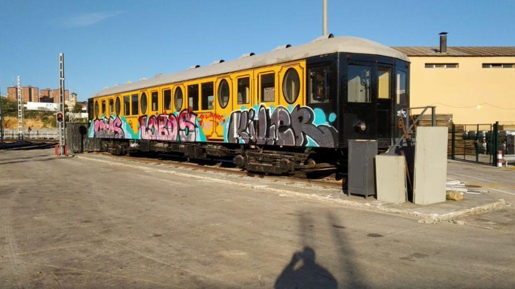 Comboi metro antic pintant grafiters