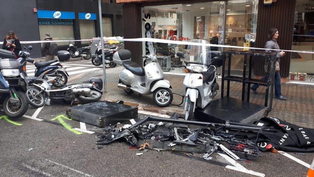 motos destrossades accident cotxe travessera Gràcia i carrer Santaló