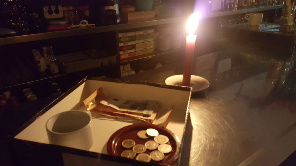Un bar amb espelmes a Gràcia