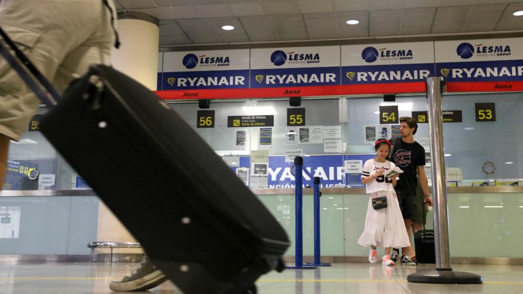 Passatger amb maleta a Ryanair