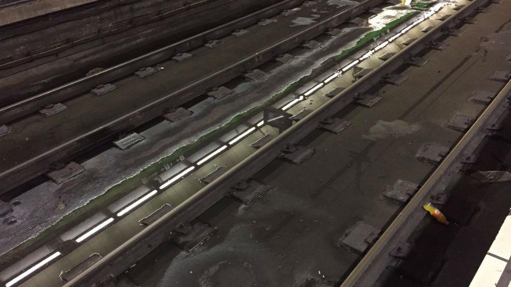 Estació Fontana L-3 aigua a les vies