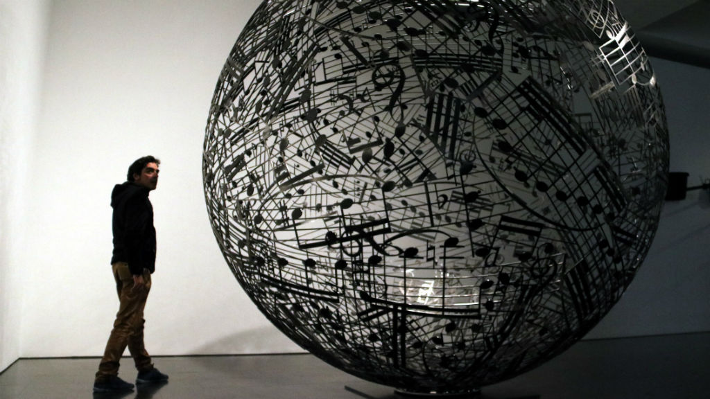 Esfera escultura de Jaume Plensa al Macba