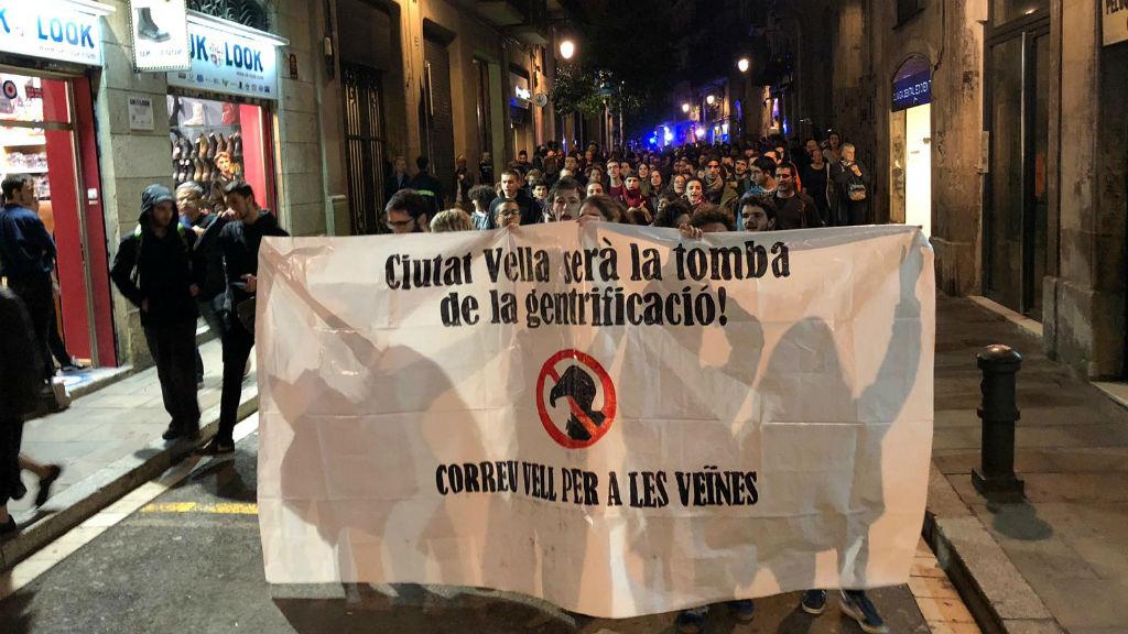 Uns 200 veïns es manifesten contra el desallotjament del bloc ocupat de Correu Vell