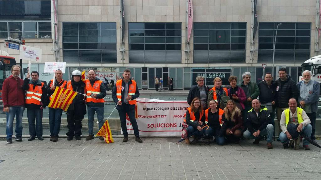 Treballadors de la DGAIA moments abans de la tancada al Departament de Treball