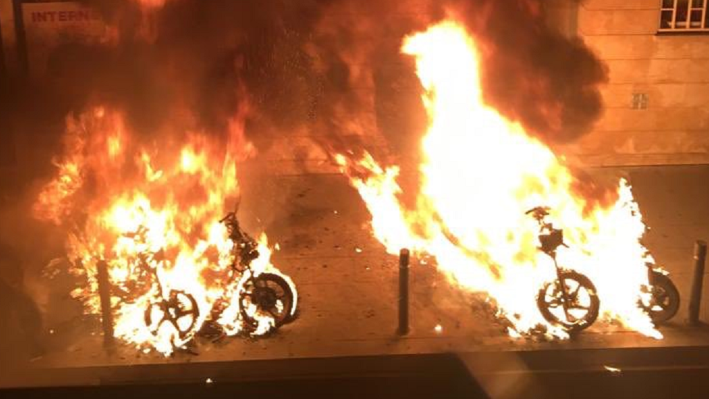 Motos cremant a Gràcia