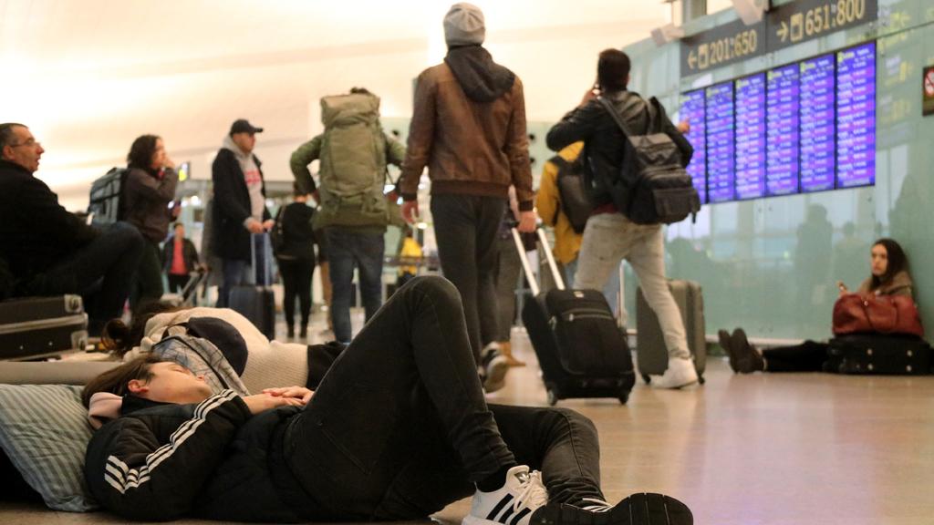 Algunes persones han passat la nit a l'aeroport del Prat