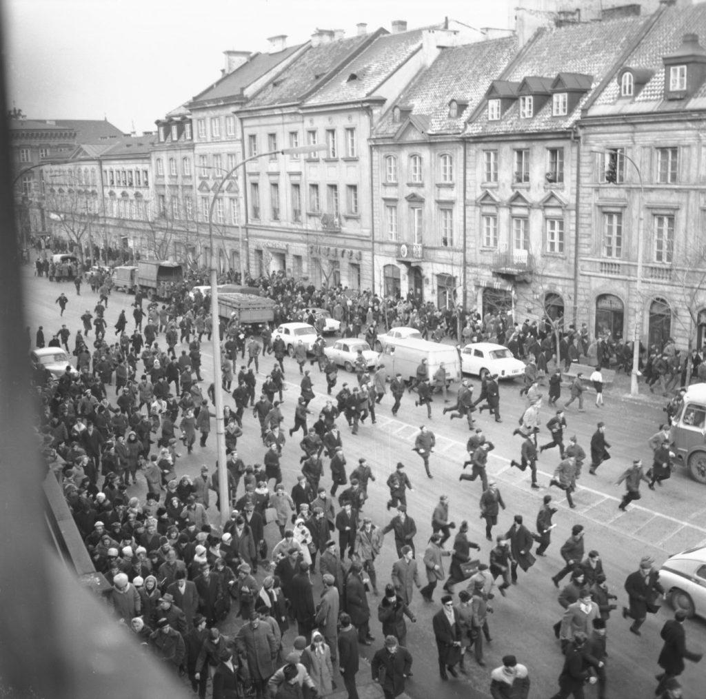 Aldarulls a Cracòvia 8 de març de 1968. Foto: Tadeusz Zagódzinski
