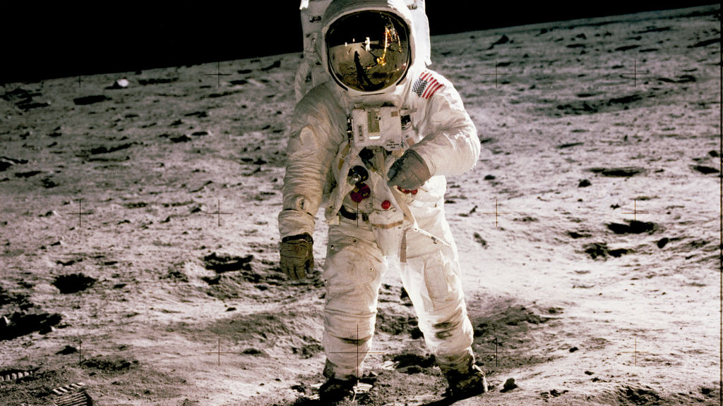expo arribada lluna cosmocaixa. home caminant per la lluna