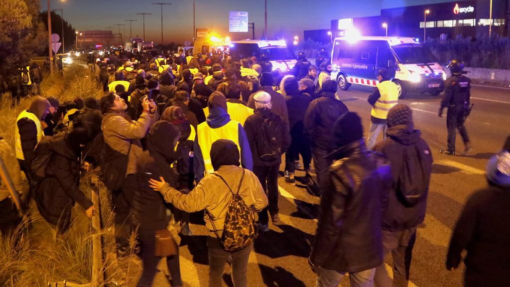 Mossos retiren manifestants de la via