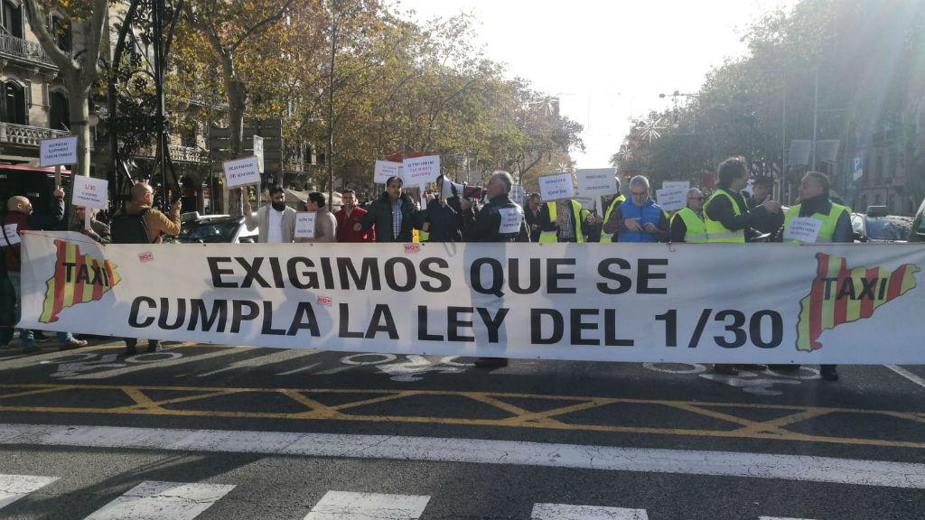 Una vintena de taxistes protesten al centre de Barcelona