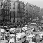 La Rambla tallada i plena de gent el dia de l'incendi - Rosa Feliu - Arxiu Fotogràfic de Barcelona