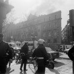 Policia davant del Liceu el dia de l'incendi, 31 de gener del 1994 - Rosa Feliu - Arxiu Fotogràfic de Barcelona