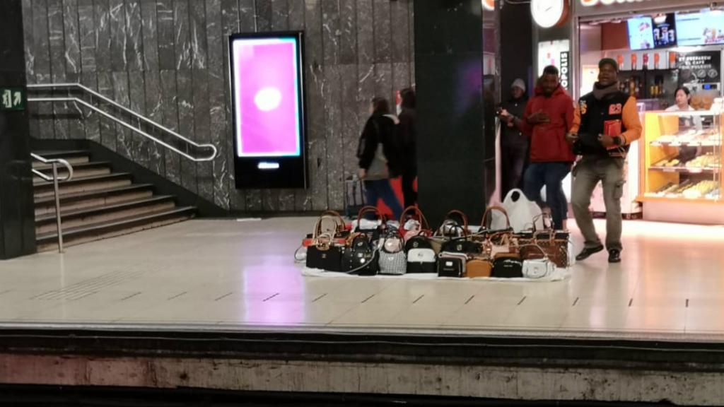 Menters a l'andana de metro de Catalunya