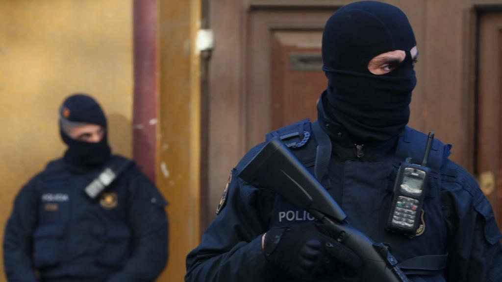 Dos agents dels Mossos d'Esquadra davant del núm.596 del c.Consell de Cent en l'operatiu policial del 15 de gener de 2019