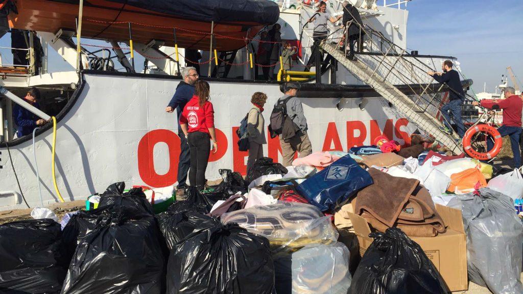 Gent portant mantes al vaixell d'Open Arms